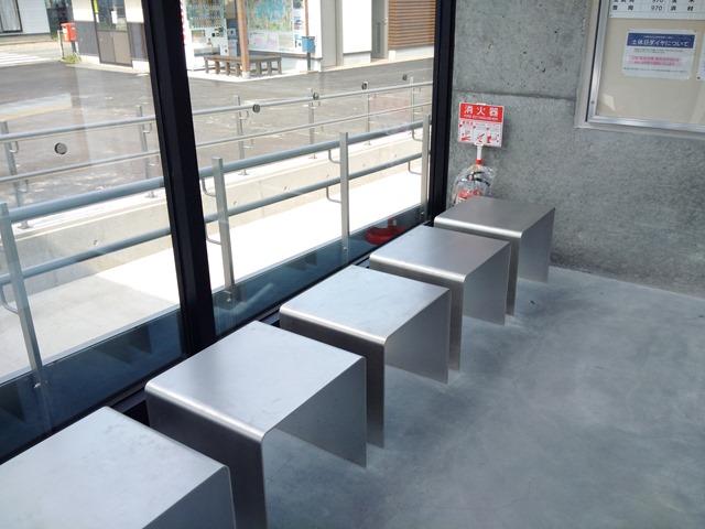 東浜駅待合室椅子