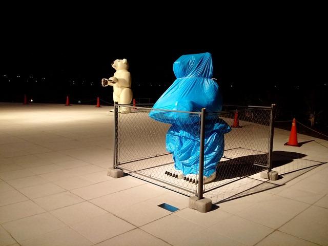 夜富山県美術館シロクマ中