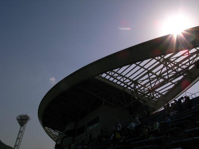とりぎんバードスタジアム日差し屋根眩しい