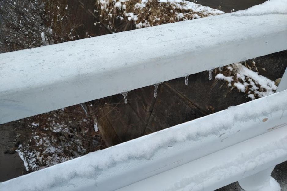ガードレールに氷柱