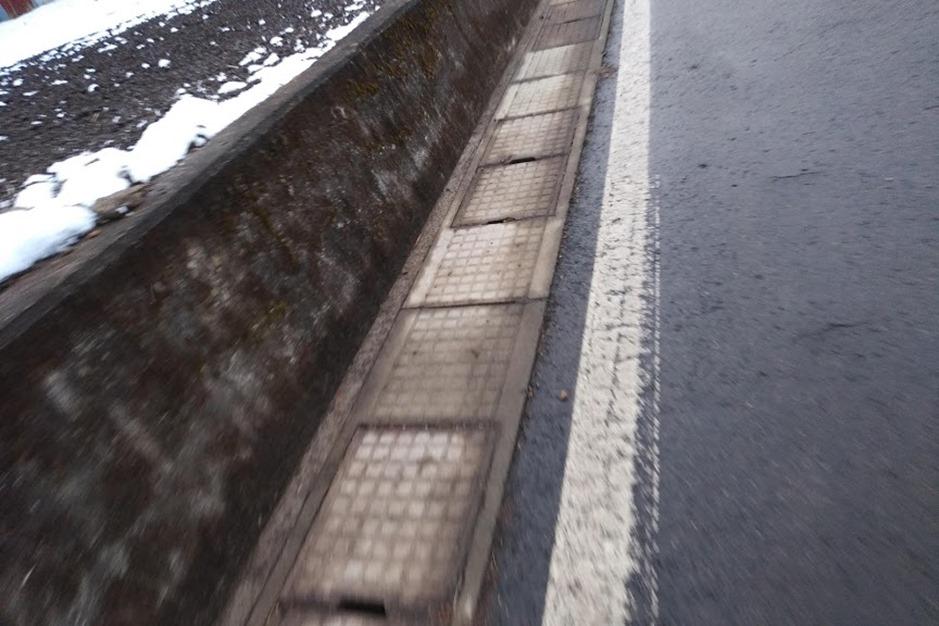 白線は雪の日は滑る