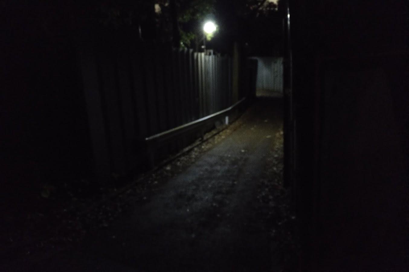 暗すぎる道